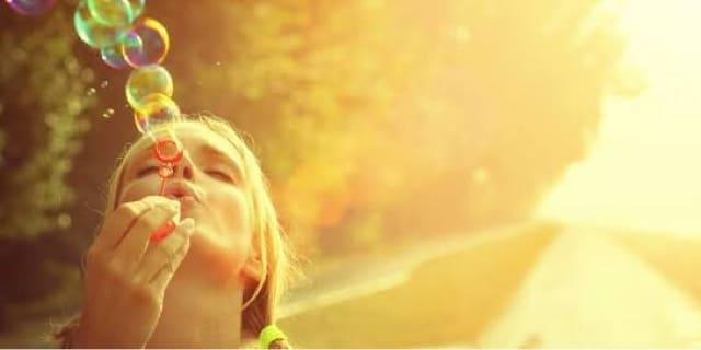 moça fazendo bolhas de sabão
