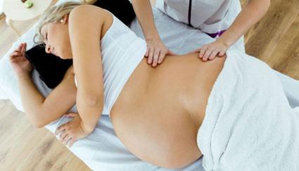Grávida fazendo massagem linfática